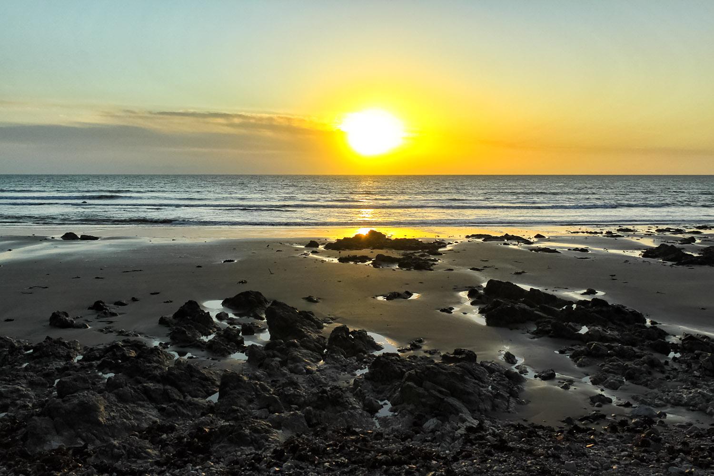 アイルランドのケルト海に沈む夕陽