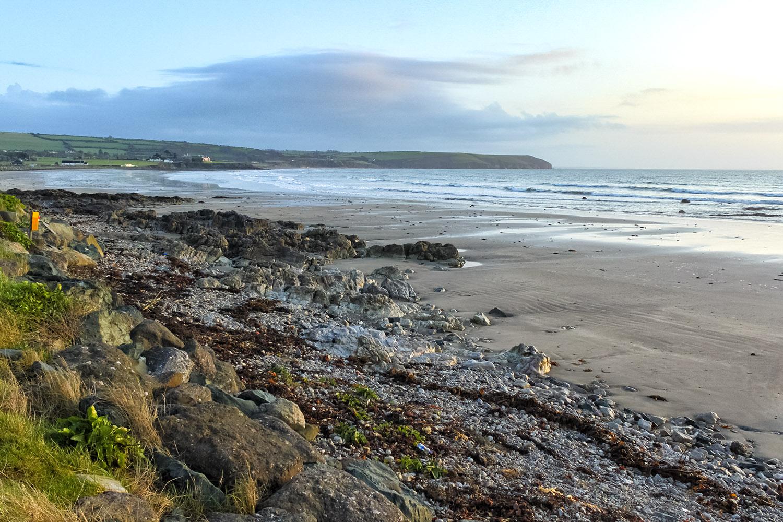 ケルト海の壮大な岩場の海岸線