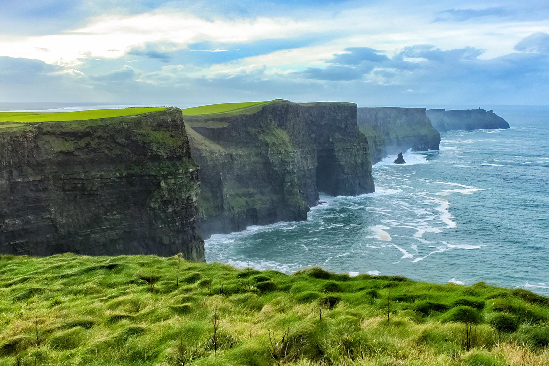 荒波が打ち寄せる自然の美、モハーの断崖
