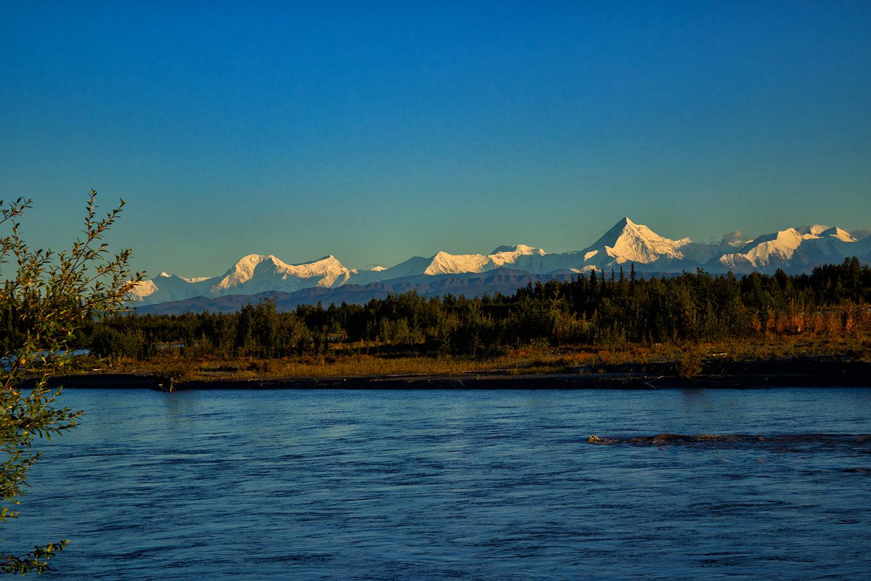雪の残るアラスカの山脈と湖