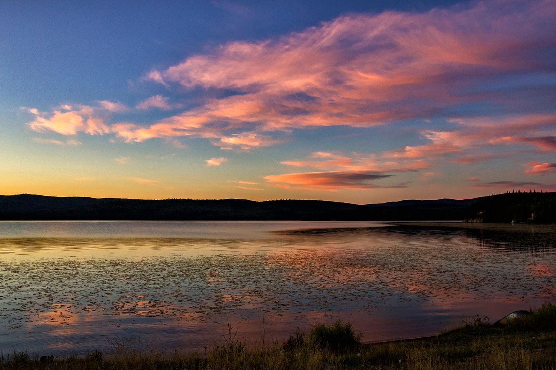 不思議な色に染まったアラスカの夕焼け空