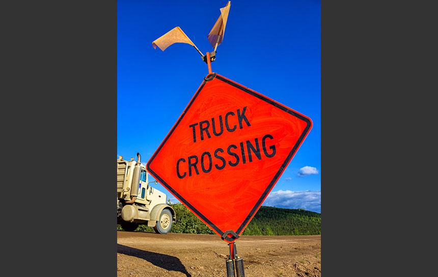 アラスカハイウェイ、コロラドクリーク周辺の赤い標識