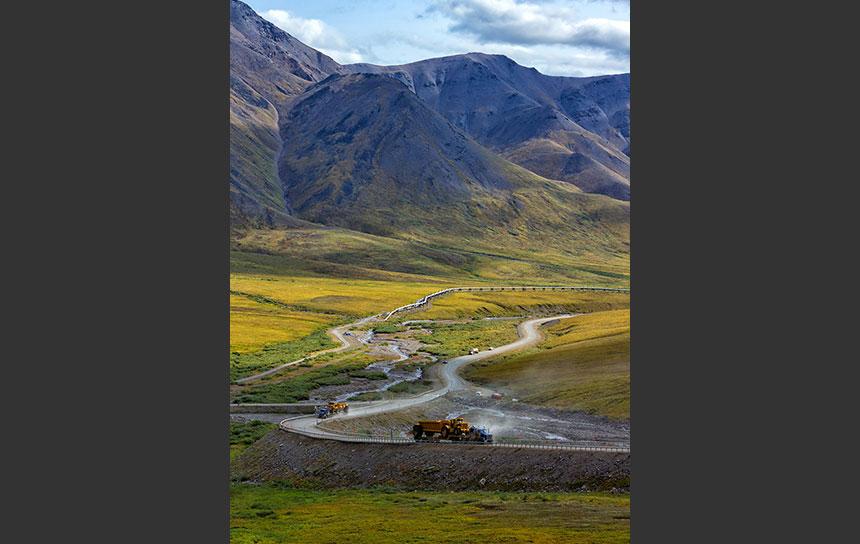 アラスカ州ノーススロープを通るハイウェイとパイプライン