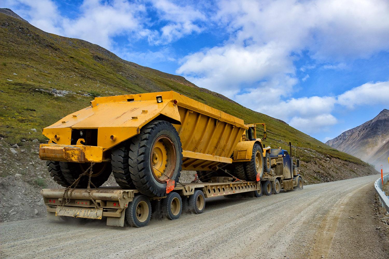 アラスカハイウェイをひた走る北極圏に向かう巨大な車両