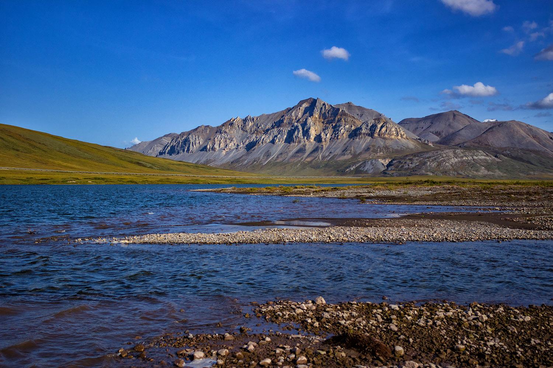 ノーススロープから望むブルックス山脈と湖