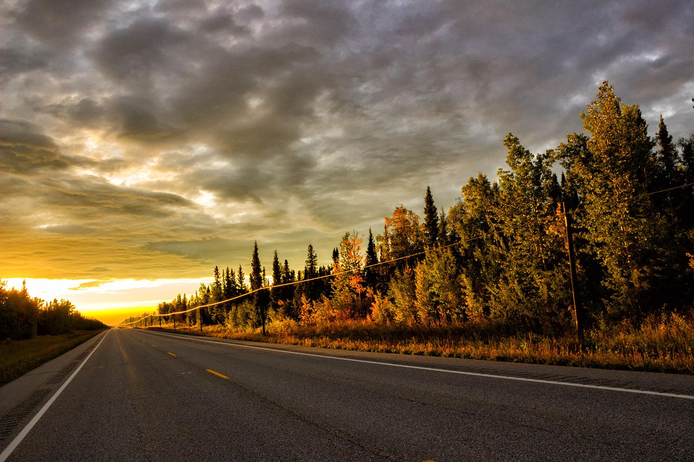 歩行者のいないアラスカで迎える夕焼け