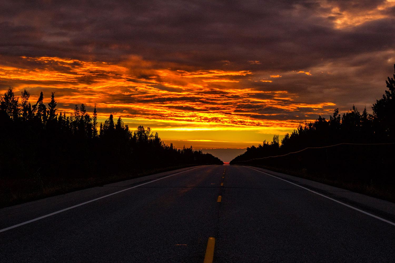 アラスカハイウェイから見た真っ赤な夕焼け