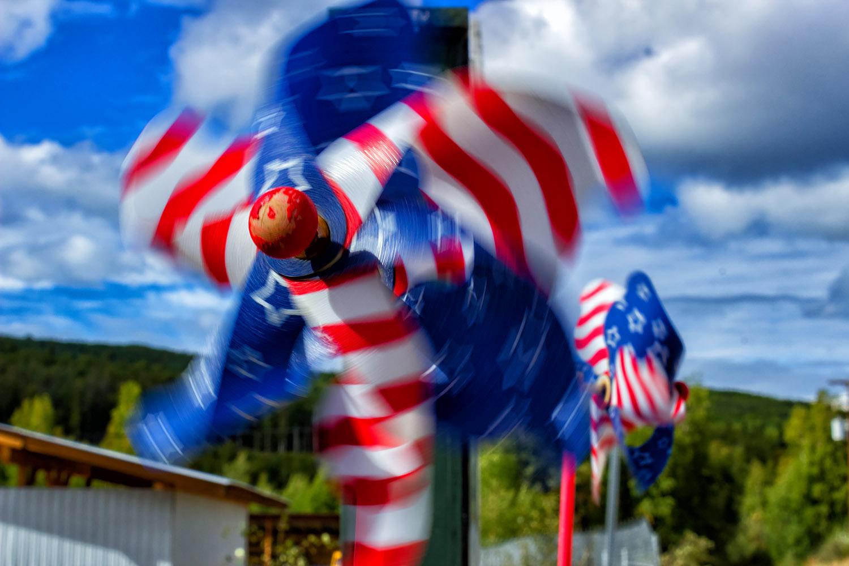 青空の中を回るアメリカ国旗の風車