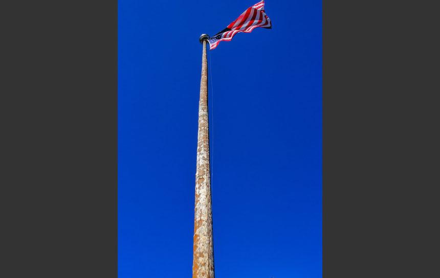 青空にはためくアメリカ合衆国の国旗