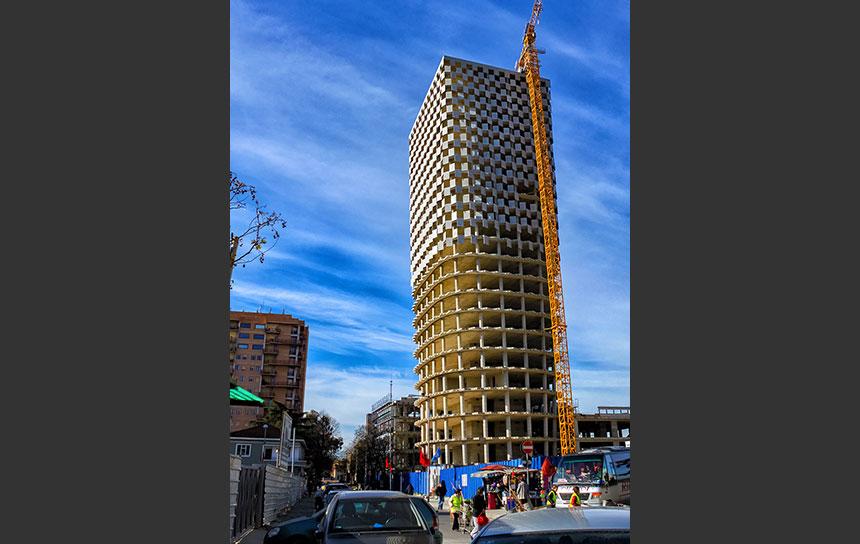 アルバニアの首都ティアラ、建設中の高層ビル