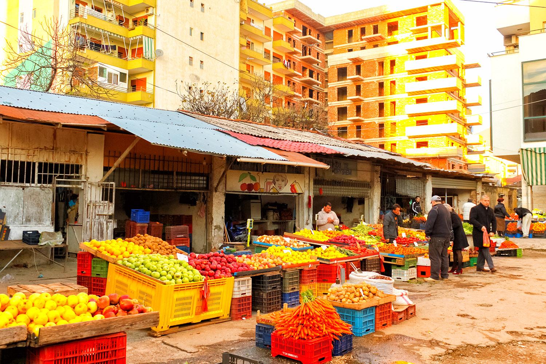 ティラナの繁華街にあるマーケット