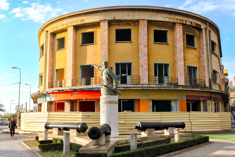アルバニアの首都ティラナ、銃を持つ銅像