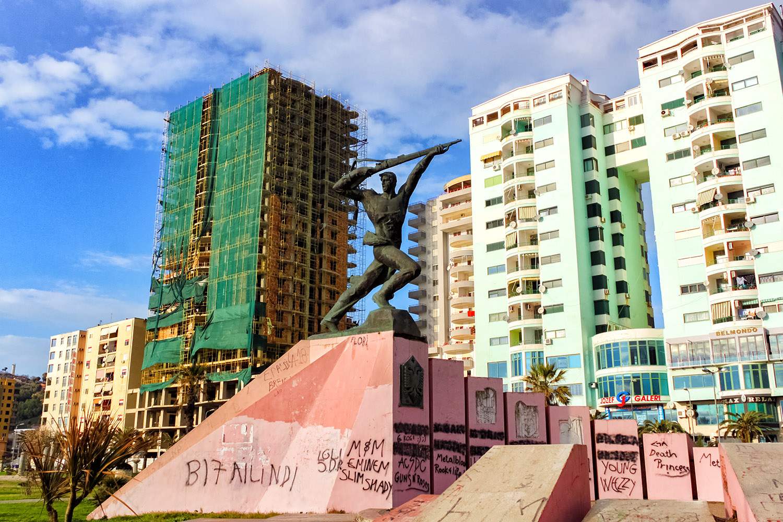 アルバニア、銃をかかげる銅像