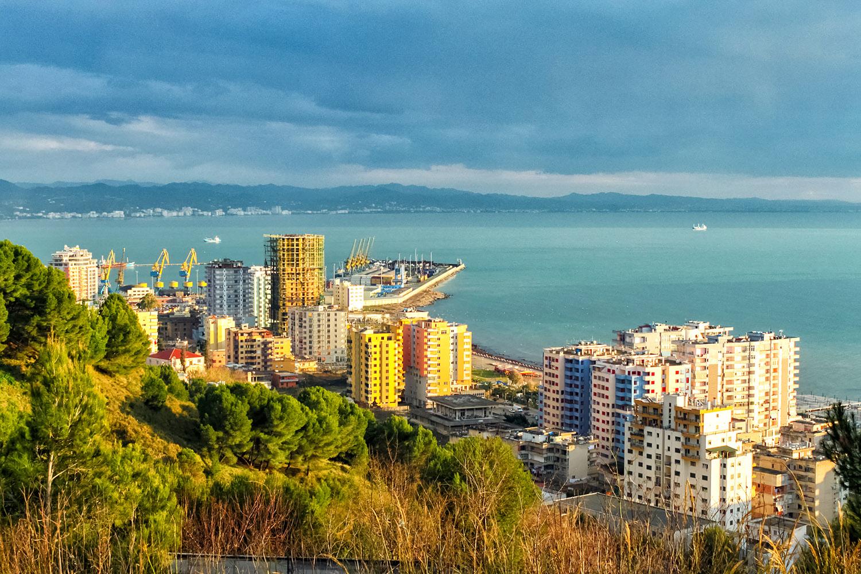 地中海に臨むティラナの港湾エリア