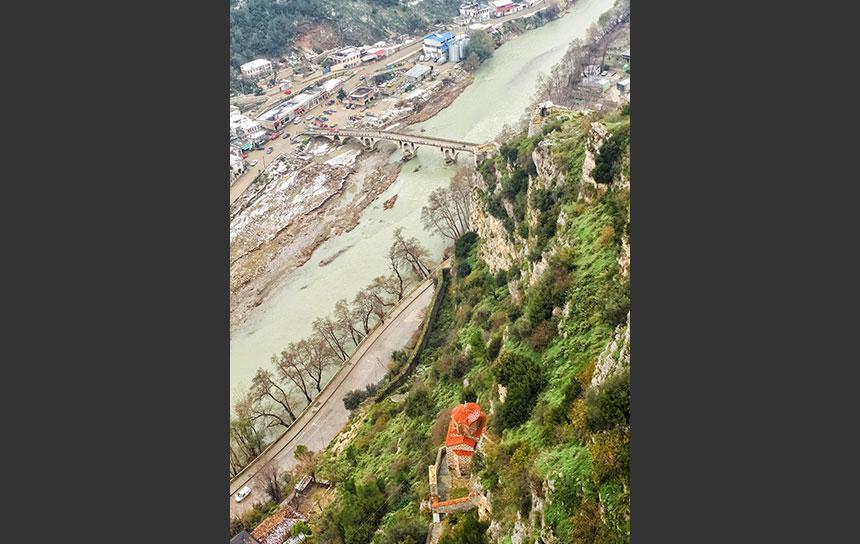 世界遺産の街、ベラトを流れるオスム川