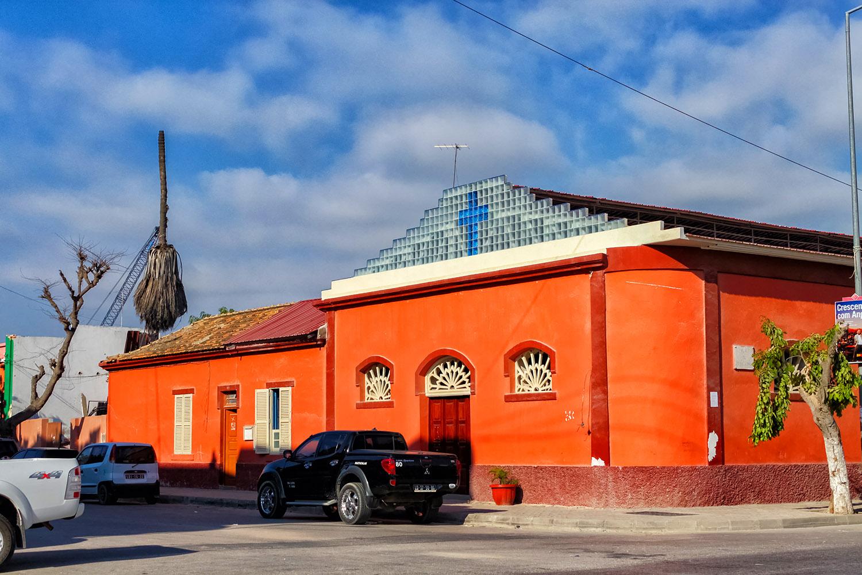ロビトの青空とオレンジの教会
