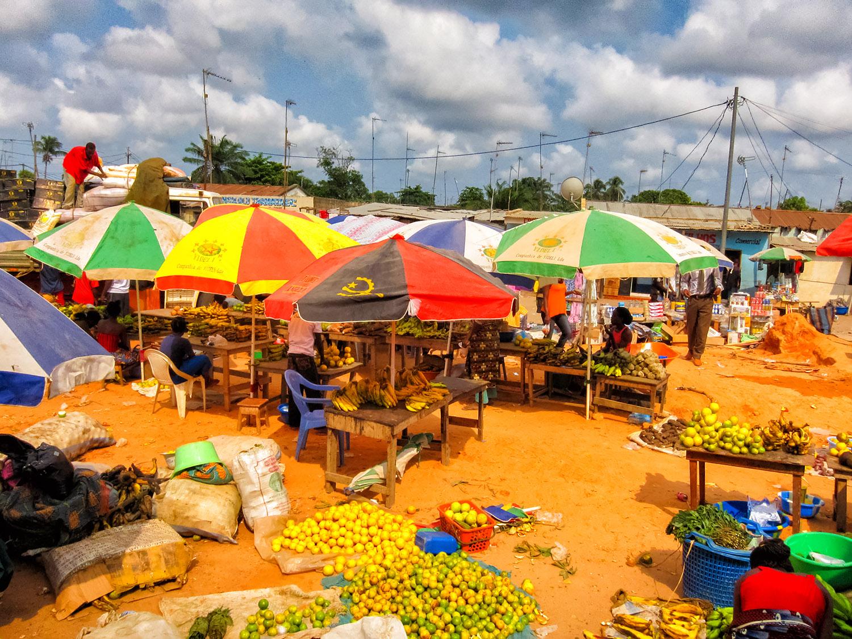 アンゴラ、ソヨの賑やかな市場