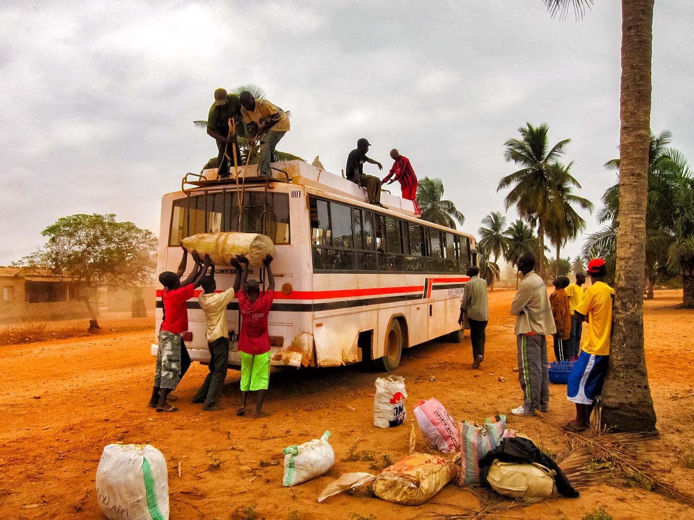 アンゴラのソヨで荷物を積み込む乗り合いバス