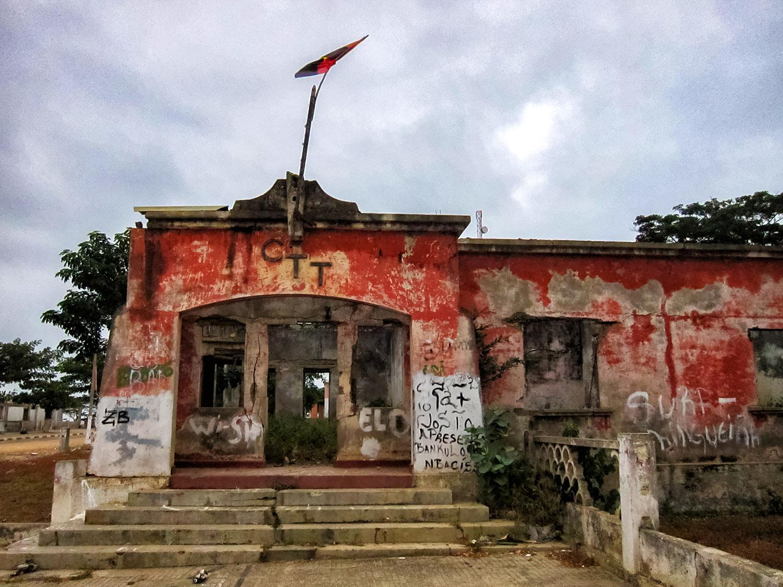 アンゴラの廃墟になった公共機関
