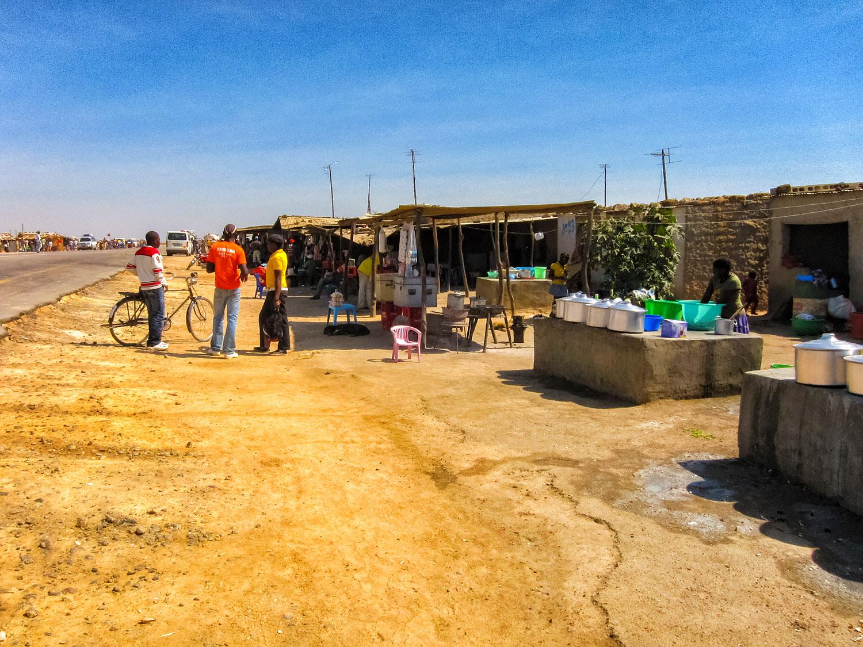 快晴の昼に訪れたアンゴラの市場