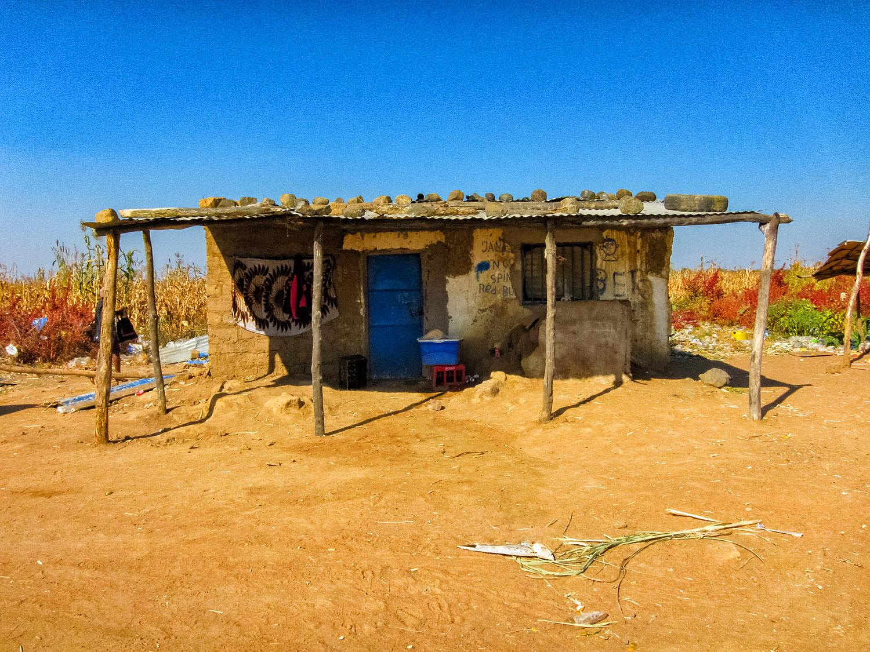 乾いた地面に建つアンゴラのお店