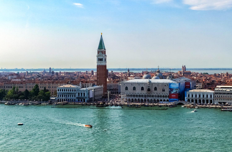 ベネチアにそびえる宮殿、ドゥカーレ宮殿と鐘楼