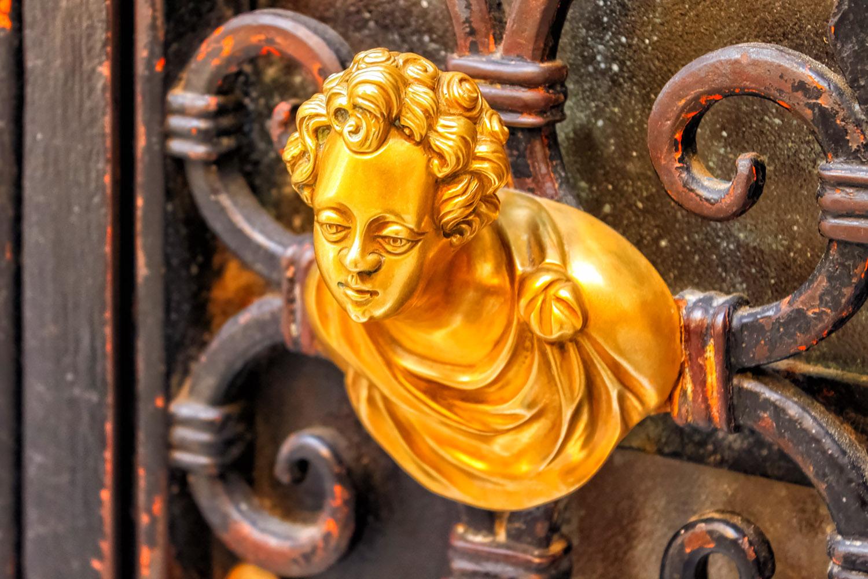 ベネチアの街で見かけた黄金色に輝くドアの装飾