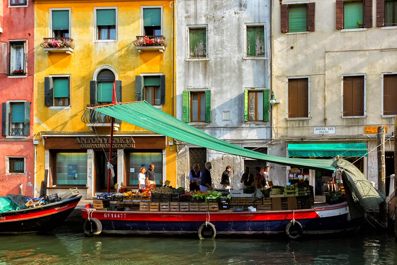 ベネチアの運河に浮かべた船上のお店
