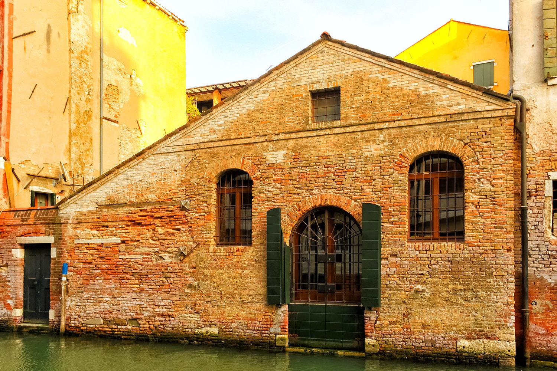 扉を開けたら運河!ベネチアの建物