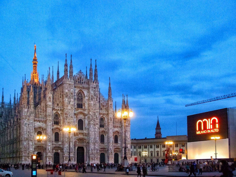 ミラノのシンボル、ドゥオーモの広場前