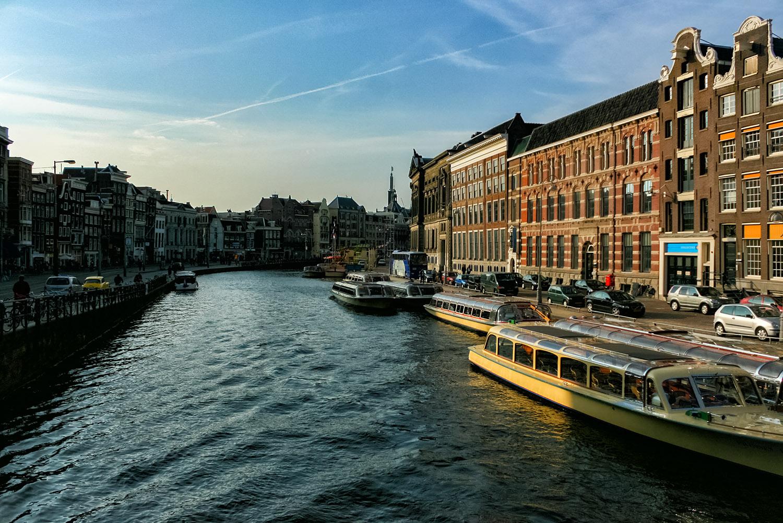 オランダ最大の都市アムステルダムの運河
