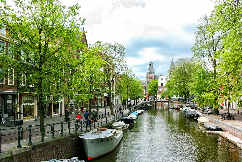 アムステルダムの運河に並ぶボート