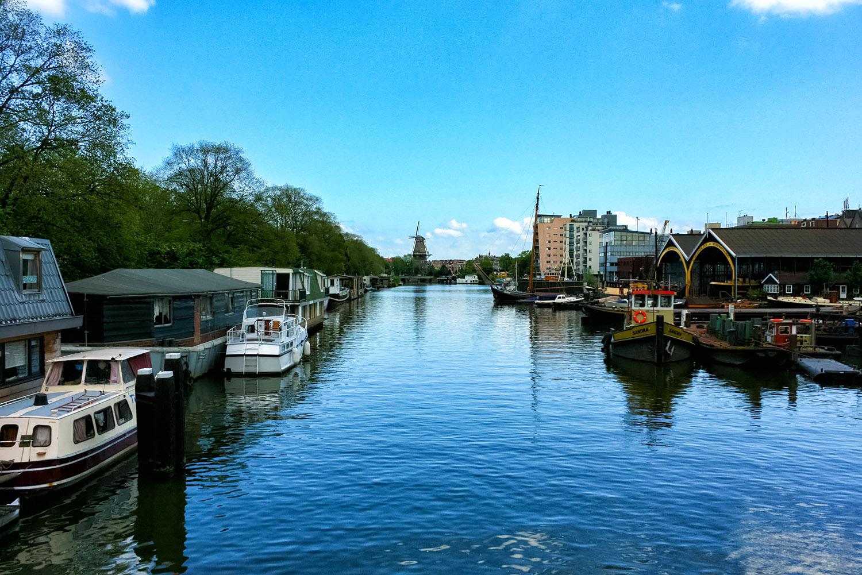 運河網に囲まれたアムステルダム