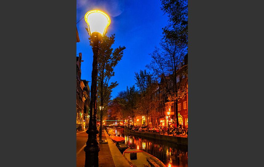 赤い灯りに包まれたアムステルダム夜の街