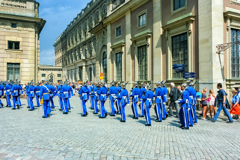 ストックホルム旧市街・王宮前で整列する青服の衛兵さん