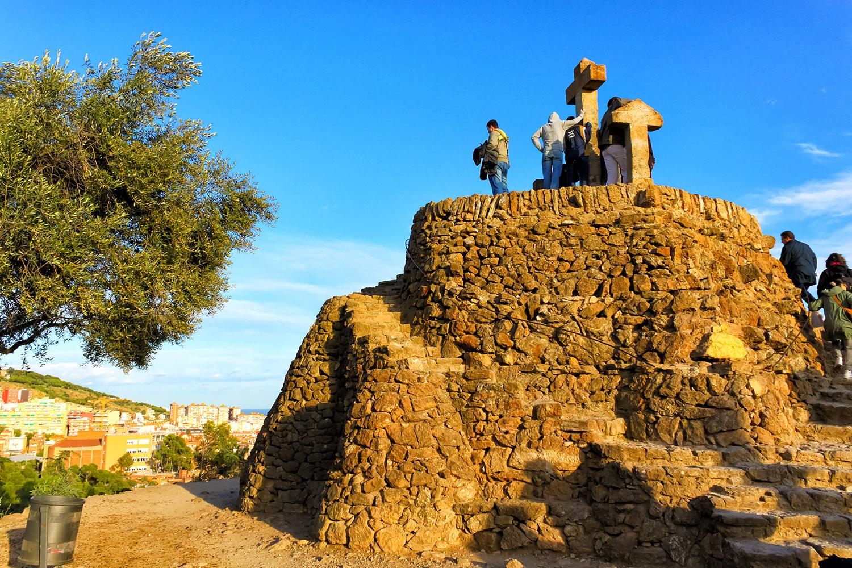青空のバルセロナ、グエル公園の丘