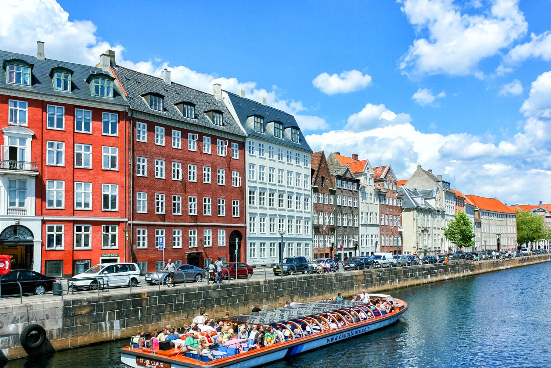 コペンハーゲンの運河を行く遊覧船