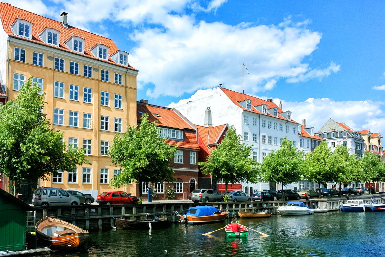 青空と緑が美しいコペンハーゲンの運河