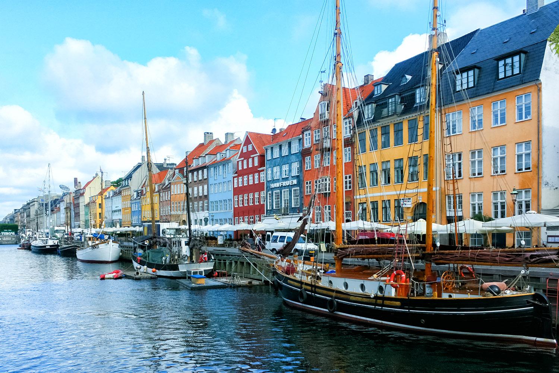 コペンハーゲンの運河沿いに立ち並ぶきれいな家屋