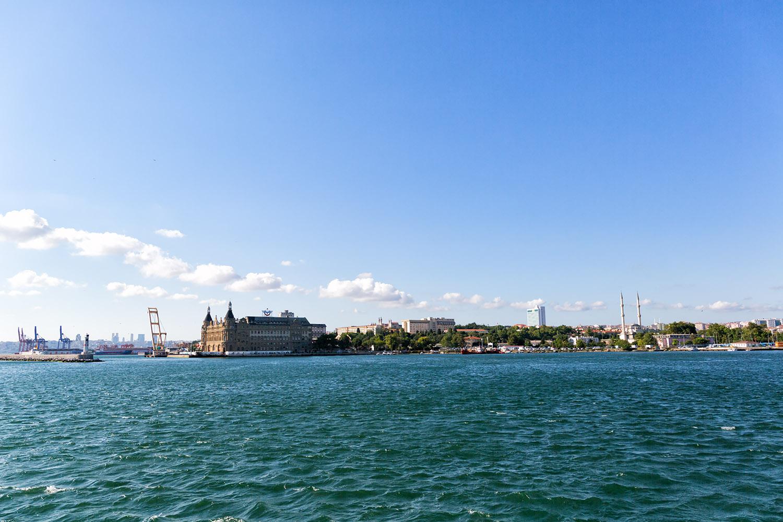 ボスポラス海峡の船から望むイスタンブール