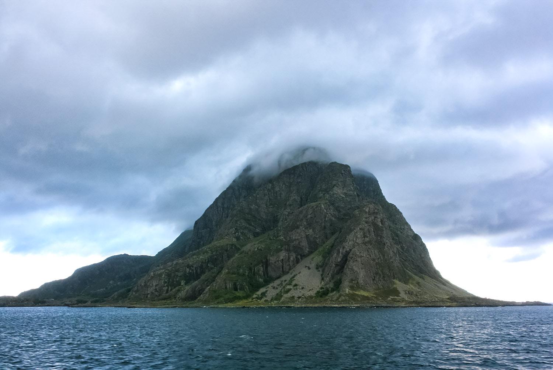 霧に包まれた北極圏の小島と岩場