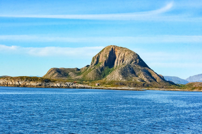 北極圏クルーズで出会った巨大な岩山