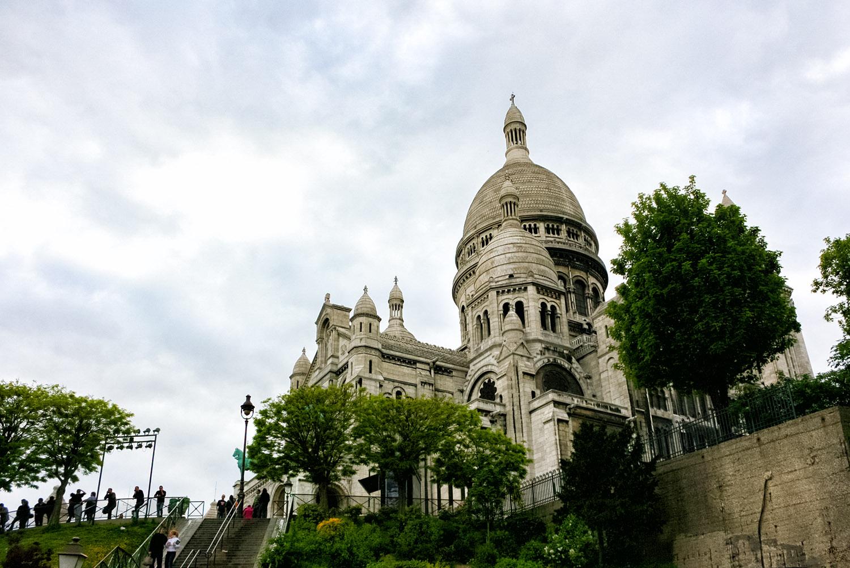 パリのモンマルトルの丘に建つサクレクール寺院