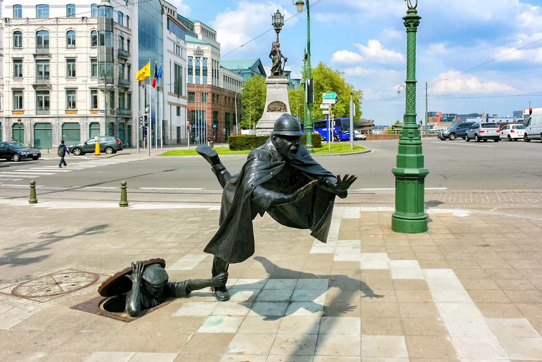 彫像が置かれたブリュッセルの街角