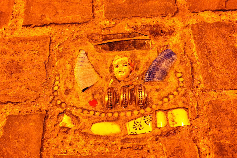 ブリュッセルの壁に埋め込まれたオブジェ