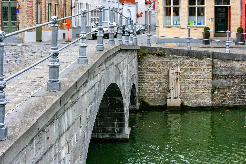 ブルージュの運河に架かるクラシカルな橋