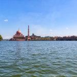 プトラ湖から眺める新都市プトラジャヤ