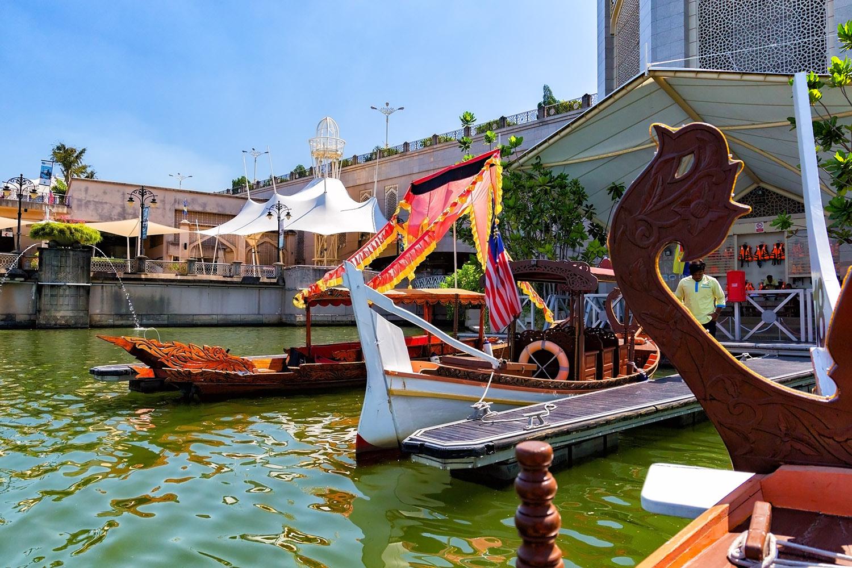 王宮や行政機関の集まるプトラ湖を小舟に乗って満喫