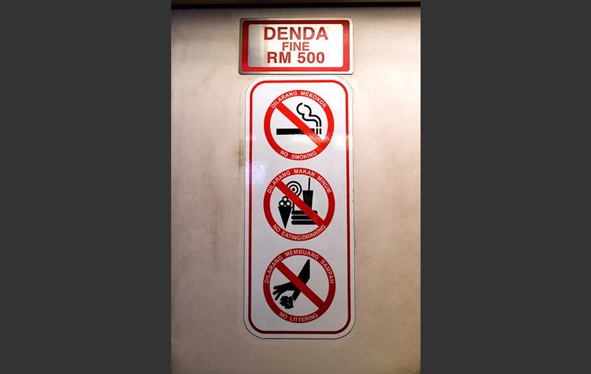 エレベーターの注意書き