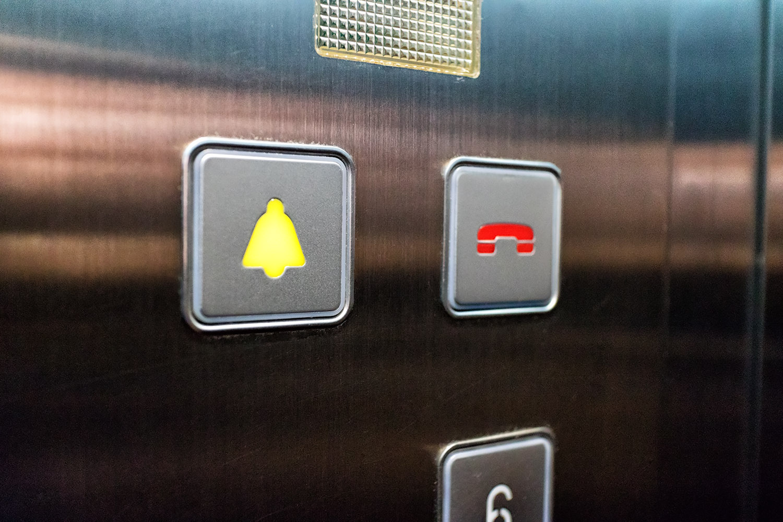 エレベーターのアラームボタン